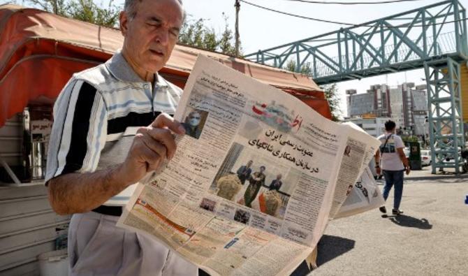 Un Iranien lit un exemplaire du quotidien «Etalaat» titré «L'Iran est un nouveau membre de l'Organisation de coopération de Shanghai», dans un kiosque de la capitale Téhéran, le 18 septembre 2021. (Photo, AFP)